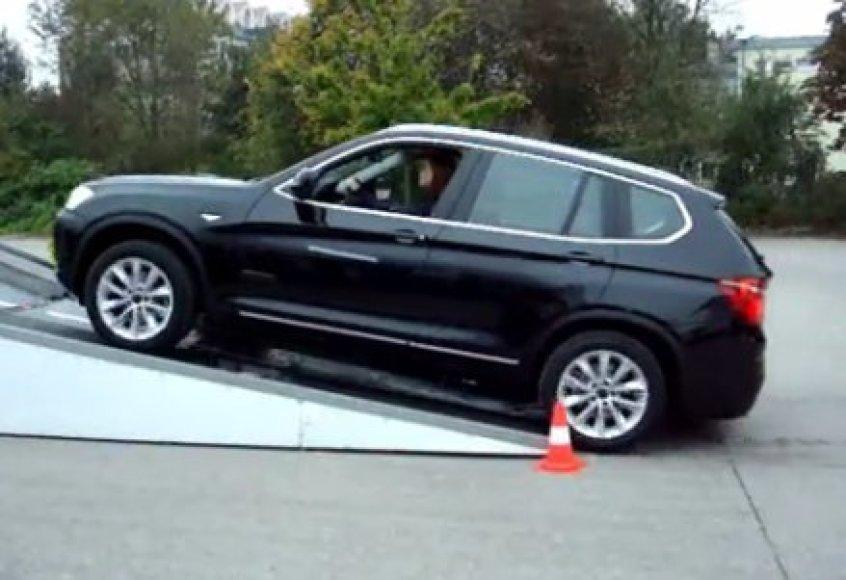 BMW lipa į kiūtį