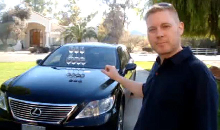 """""""Lexus"""" ir šampano taurių triukas"""