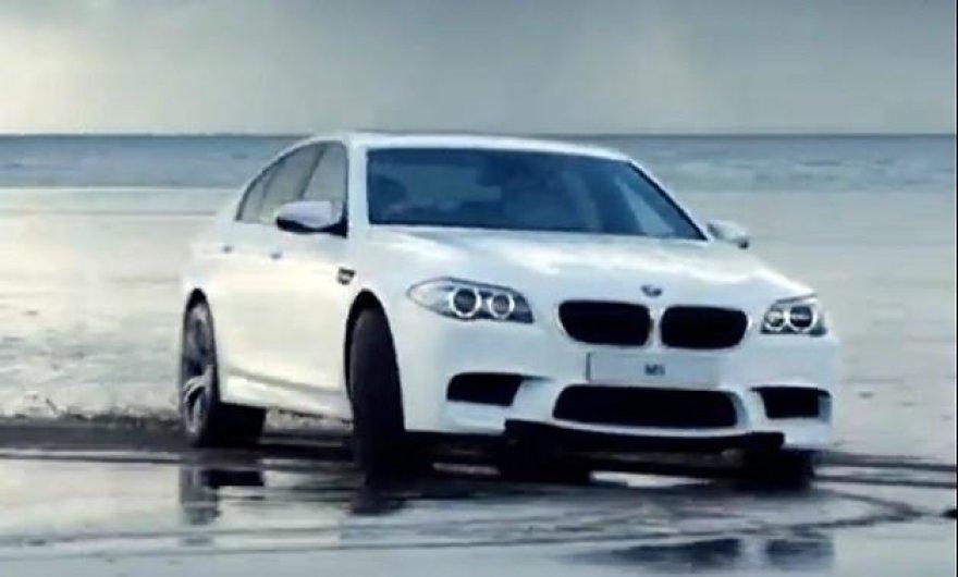 BMW M5 papludimyje