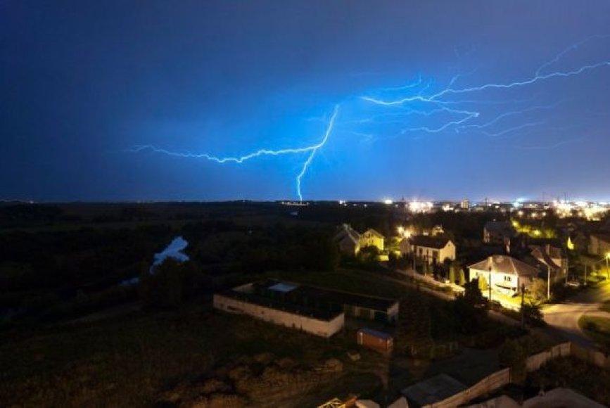 Praūžusios audros atnešė pelno žaibolaidžius įrengiančioms įmonėms – užsakymų kai kur padaugėjo trečdaliu.