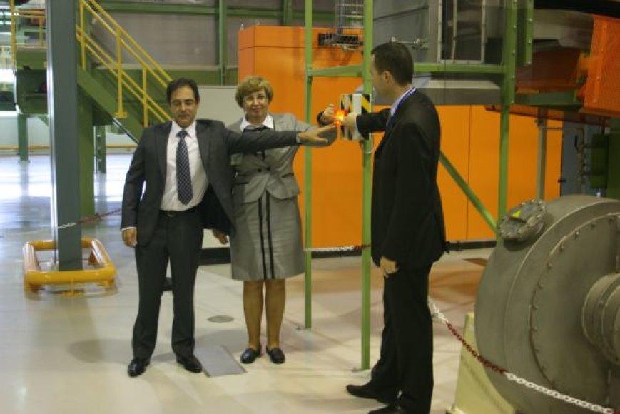 Simboliška naujos gamybos linijos paleidimo ceremonija. Iš kairės: E.Jimenez, Klaipėdos miesto mero pavaduotoja Judita Simonavičiūtė, Scott Coutts.