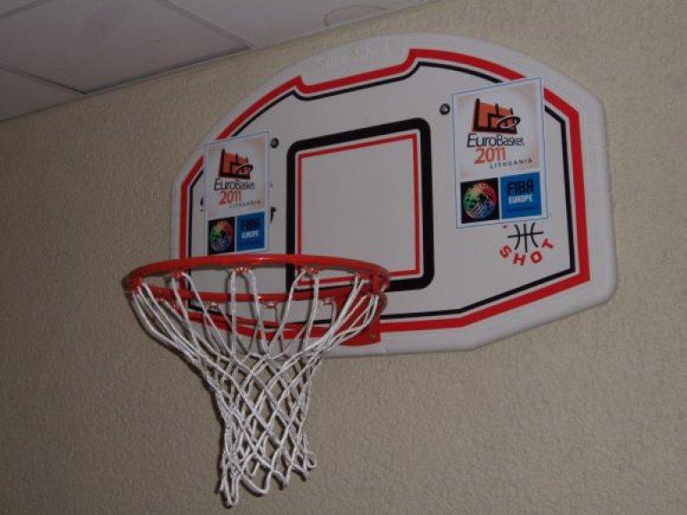 Savivaldybės antrajame aukšte penktadienį pakabintas simbolinis krepšinio lankas, ant kurio puikuojasi Europos krepšinio čempionato logotipas, liudija apie tai, kad kitąmet uostamiestis oš nuo krepšinio sirgalių emocijų.