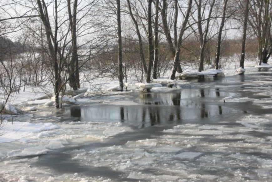 Vaizdas iš amfibijos: apsemtas Šilutė-Rusnė kelio ruožas.