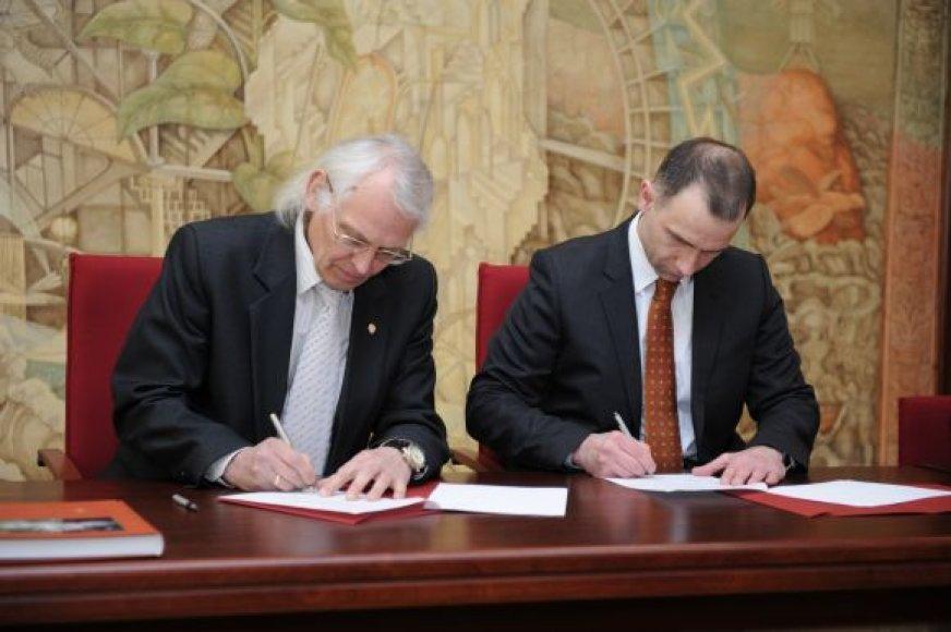 """Sutarties pasirašymo akimirka. Iš kairės: KU rektorius Vladas Žulkus ir """"Klaipėdos nafta"""" generalinis direktorius Rokas Masiulis."""