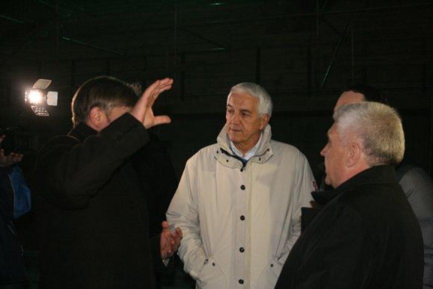Trečiadienio vakarą N.Zanolinas (vid.) išvaikščiojo visą arenos pastatą ir liko patenkintas statybų progresu.