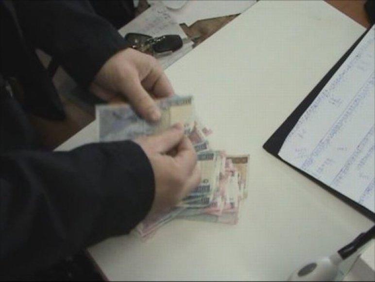 Už kovą ir balandį siuvyklos darbuotojams iš viso buvo išmokėta apie 13,5 tūkst. litų, iš kurių oficialus atlyginimas sudarė tik apie trečdalį visos sumos.