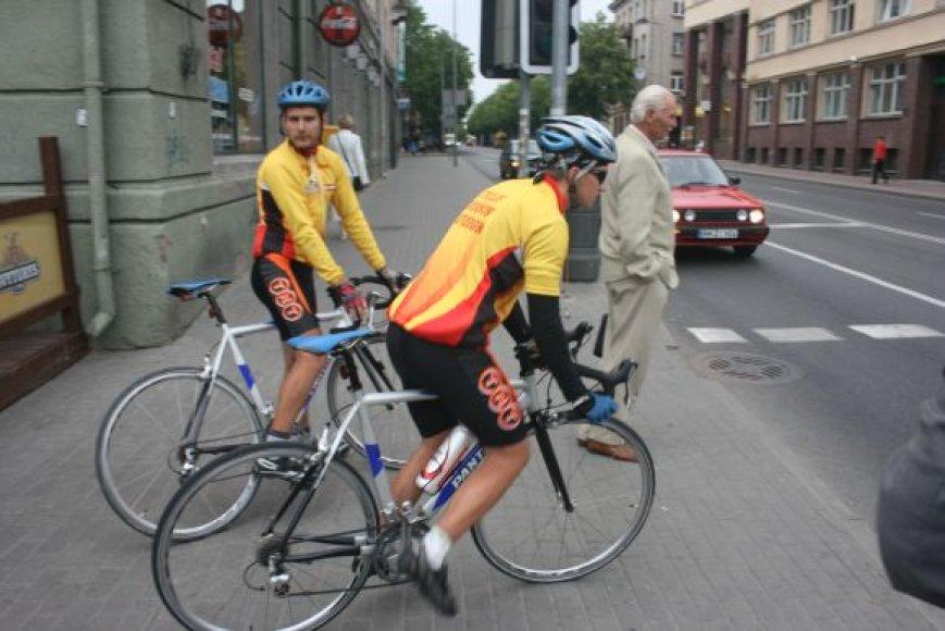 21-erių Remigijus ir 22-ejų Marius aplink Lietuvą ketina apvažiuoti per tris paras.