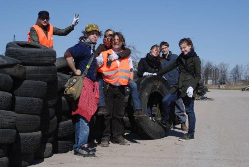 Nekultūringų gyventojų šiukšlynus su bendraminčiais kuopiantis M.Denisenko (viduryje) sakė žinąs bent kelis padangų sąvartynus mieste.