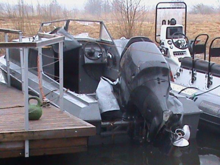 Nesuvaldytas bėglių kateris užplaukė ant seklumos ir apvirto.