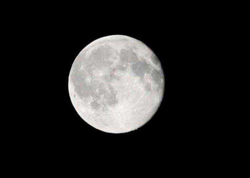 Aplink Žemę elipsine orbita skriejančio, todėl nevienodu atstumu nuo jos būnančio Mėnulio paviršiuje yra daug kraterių, kurių plika akimi nepamatysi.