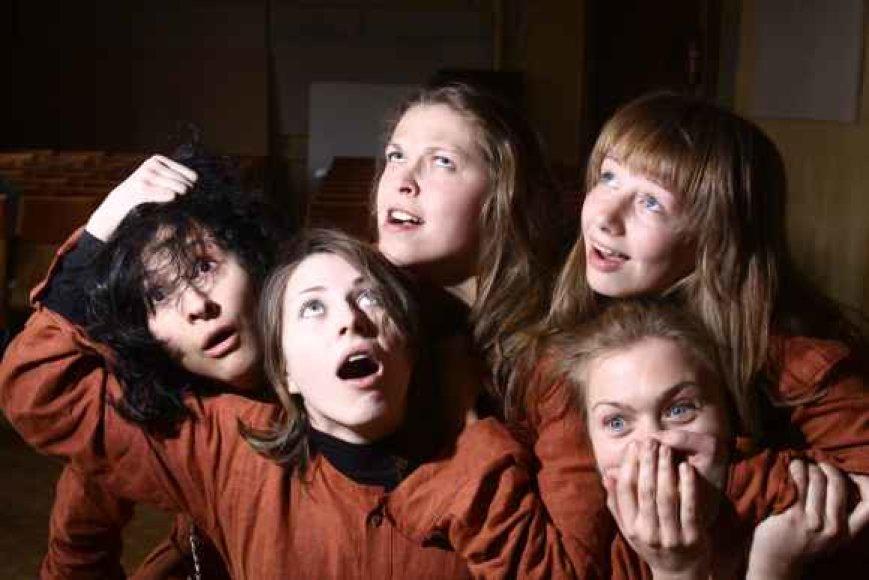 """Jaunos Vilniaus kolegijos aktorės įkūrė """"Trupę p.s."""", nes kelyje į profesionaliąją sceną nori išsilaikyti kartu."""