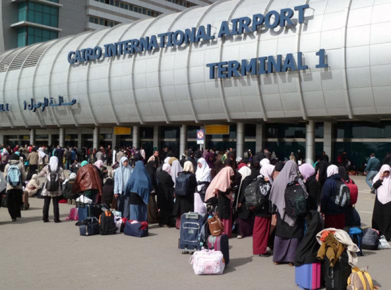 Turistai prie Kairo oro uosto įėjimo