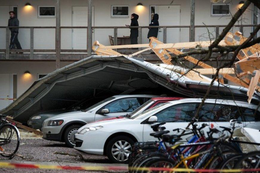 Vėjo nuplėštas namo stogas nukrito ant automobilių