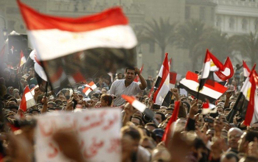 Protestuotojai su vėliavomis