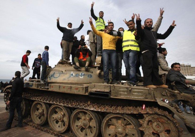Ant tanko užsilipę protestuotojai.