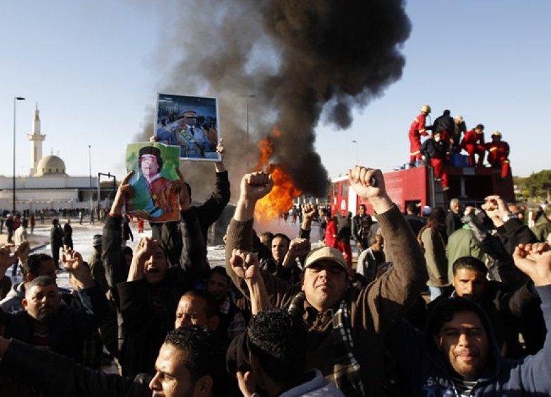Protestuotojai netoli degančio benzinvežio.