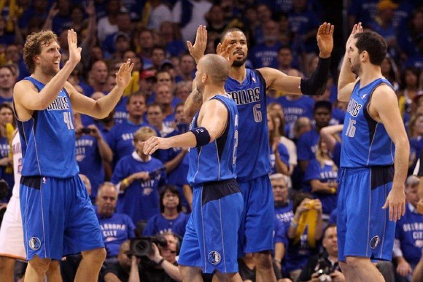 Pergalę švenčiantys Dalaso Mavericks krepšininkai