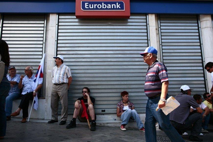 Žmonės prie uždaryto banko Atėnuose