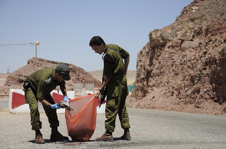 Įvykio vietoje kariai renka kruvinus drabužius