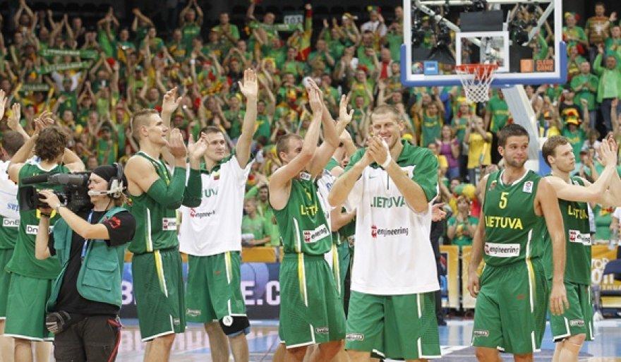 Lietuvos krepšininkai džiaugiasi pergale
