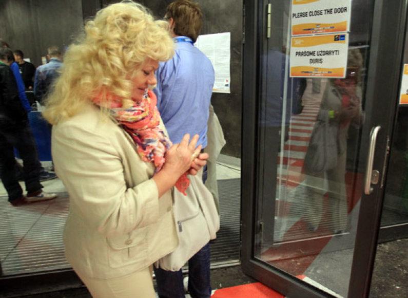"""Moteris Kauno """"Žalgirio"""" arenoje prisivėrė pirštus durimis."""