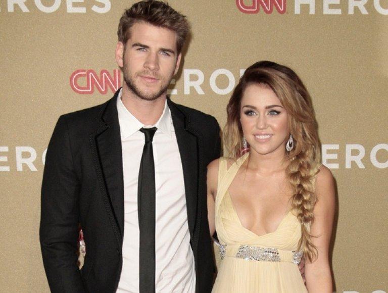 Miley Cyrus su aktoriumi Liamu Hemsworthu (2011 gruodžio 11 d.)