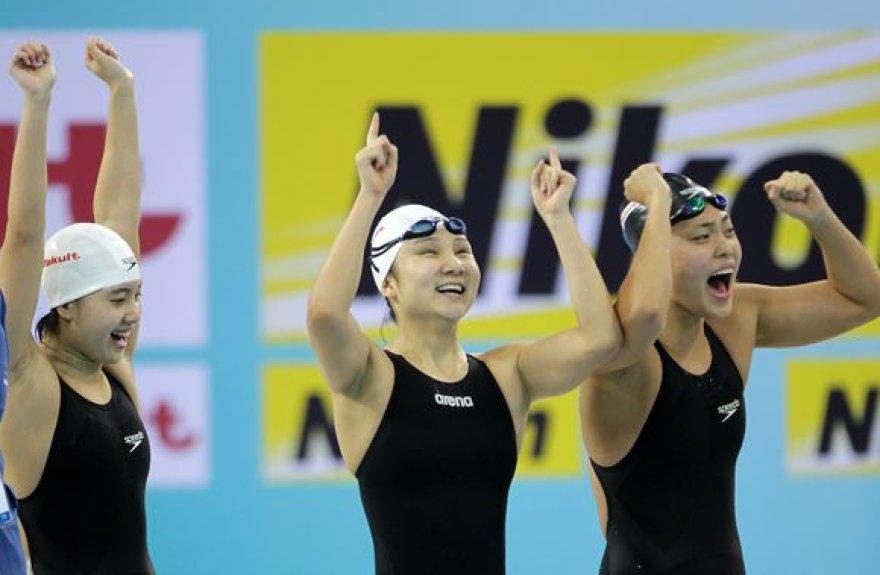 Triumfuojančios Kinijos plaukikės