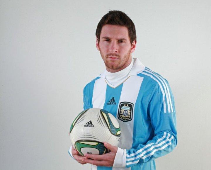 Leonelis Messi pakeitė šukuoseną ir pozavo fotosesijoje, skirtoje artėjančioms pirmenybėms