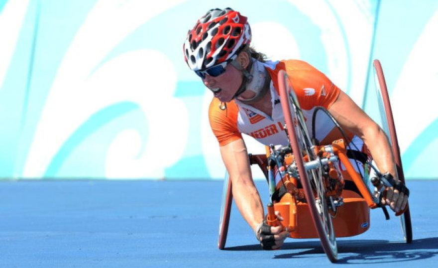 Su specialiu rankomis minamu dviračiu ir laimėjo tris pasaulio čempionės titulus