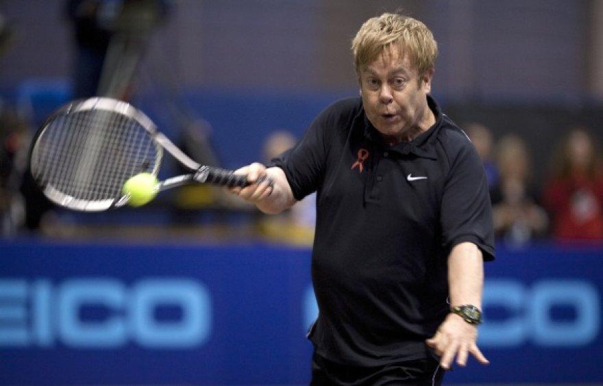 Eltonas Johnas žaidžia tenisą labdaringame renginyje