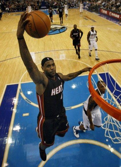 LeBronas Jamesas žaidžia rezultatyviai, tačiau Majamio krepšininkai patyrė jau aštuntą nesėkmę.