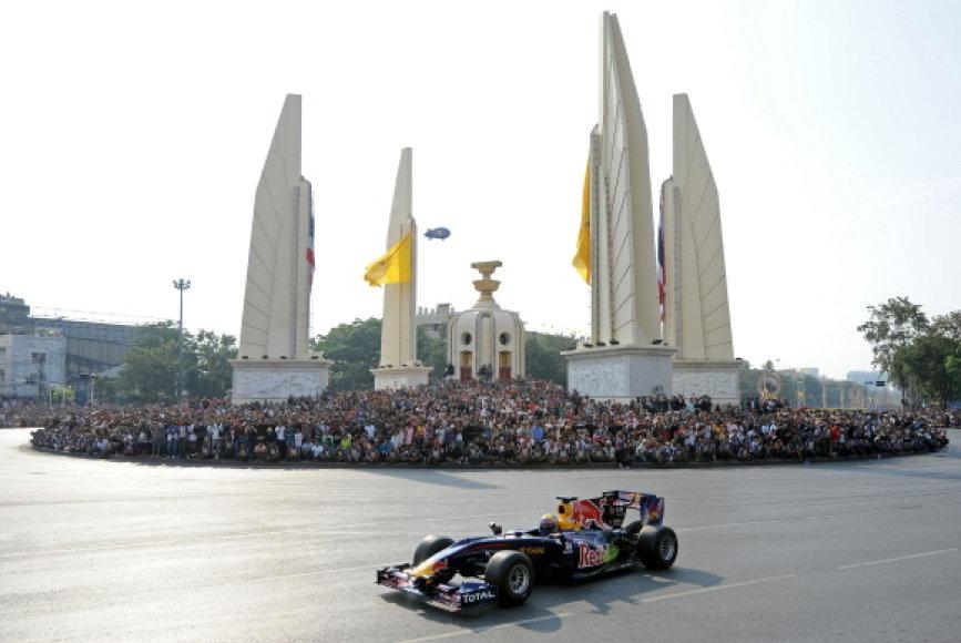 Markas Webberis surengė pasirodymą Tailando karaliaus gimtadienio proga.