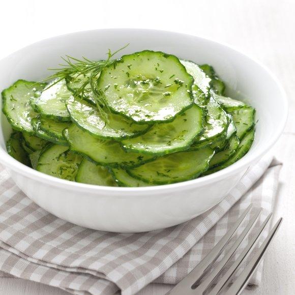 """Kol agurkų salotos """"subręs"""", jos turės bent keletą valandų pastovėti šaldytuve."""