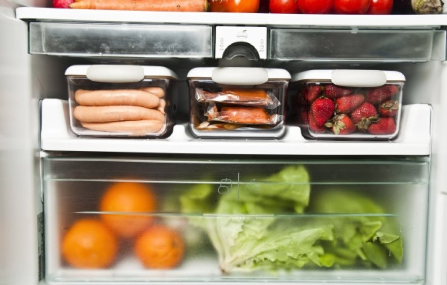 Šaldytuvas gali ne tik padėti ilgiau išsaugoti šviežius produktus, bet ir išspręsti kai kurias smulkias buities problemas.