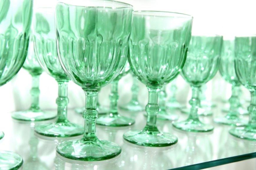 Neplaukite krištolo karštu vandeniu, nuo jo stiklas paranda blizgesį ir ilgainiui ima trūkinėti.