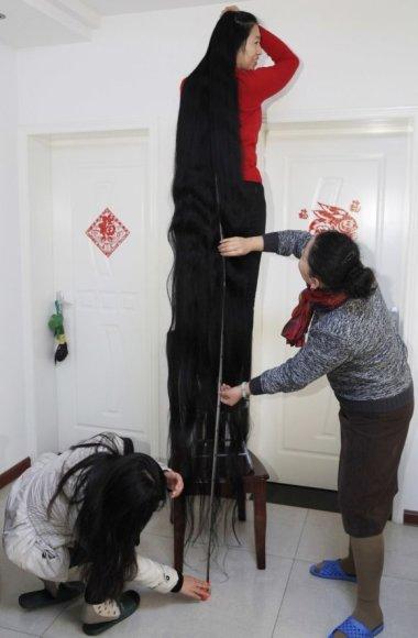 Ni Linmei didžiuojasi savo 2,53 metro ilgio plaukais.