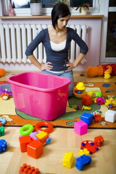 Vaikas turėtų pats tvarkytis savo kambarį, tačiau tėvai gali tam padėt pasirūpindami reikiamais baldais, patogiomis dėžėmis.