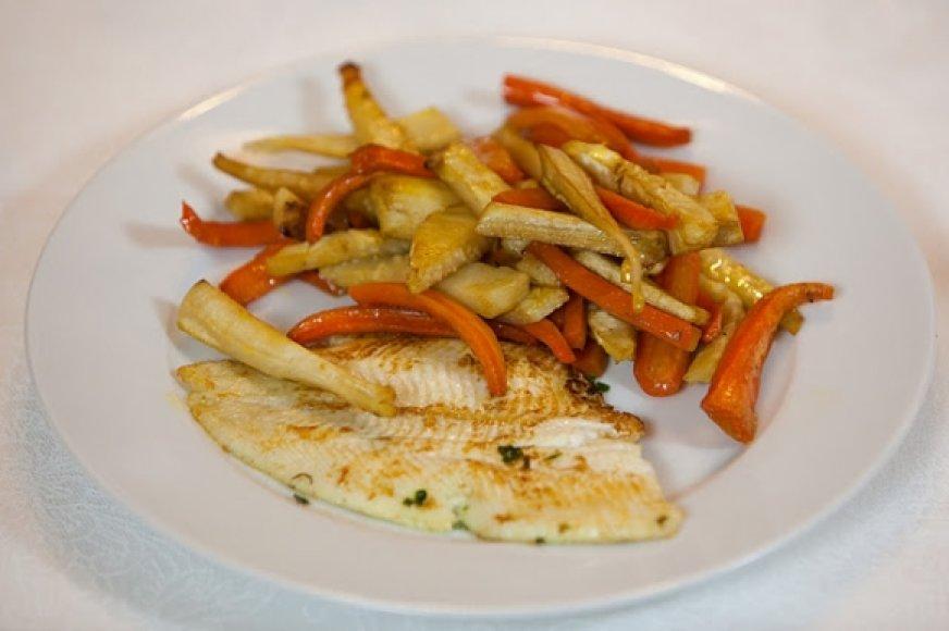 Svieste kepta žuvis su keptomis šakninėmis daržovėmis