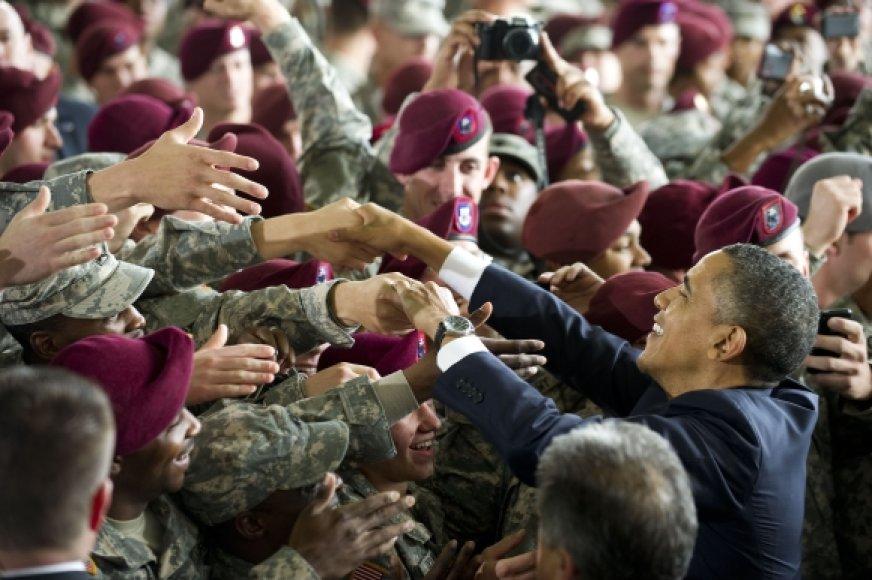Barackas Obama sveikinasi su kareiviais