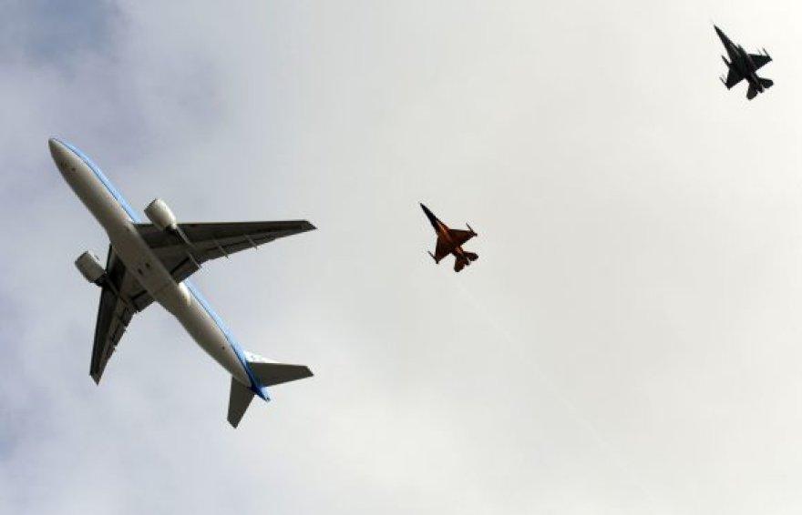 Naikintuvai F-16 lydi keleivinį lėktuvą