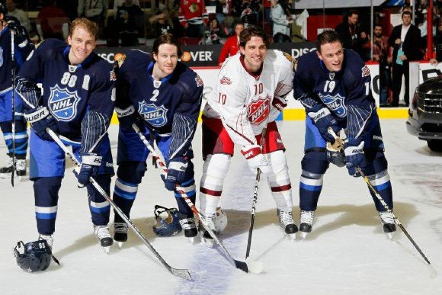 Iš kairės: Patrickas Kane'as, Duncanas Keithas, Patrickas Sharpas ir Jonathanas Toewsas