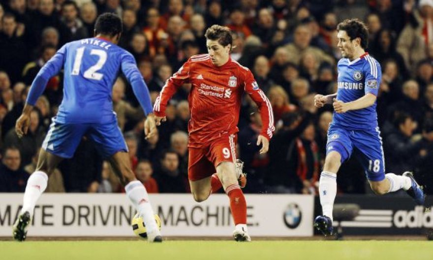 """Fernando Torressas (viduryje) nuo šiol vilkės """"Chelsea"""" marškinėlius"""