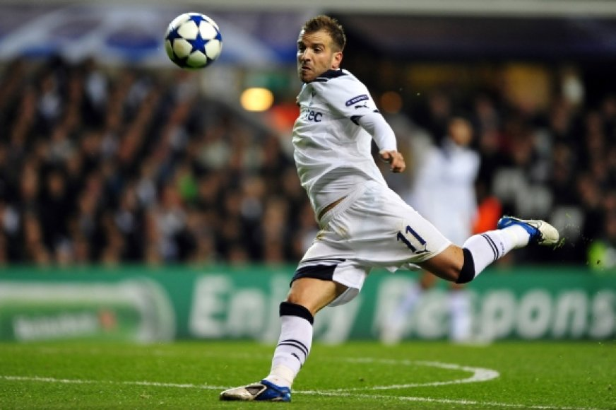"""Tottenham"" saugas Rafaelis van der Vaartas"