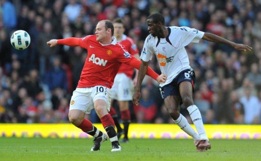 """W.Rooney (kairėje) kovoja su """"Bolton"""" žaidėju F.Muamba"""