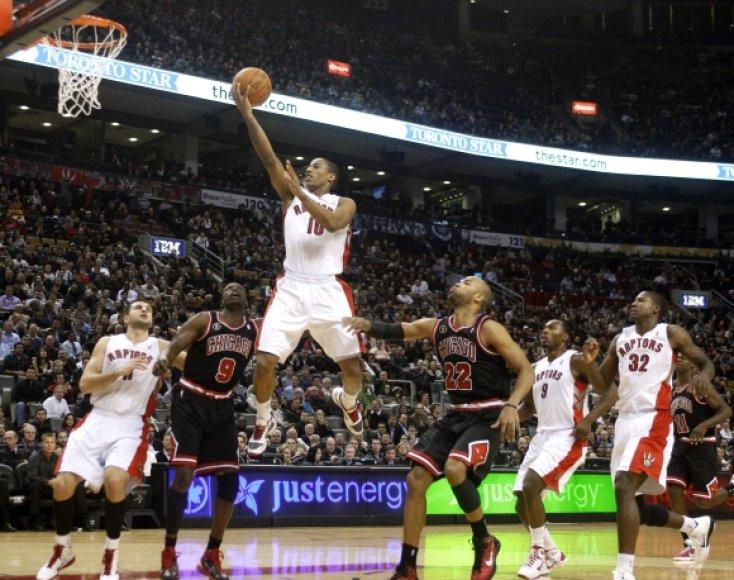 """""""Bulls"""" krepšį atakuoja D.DeRozanas, atakoje taip pat dalyvauja L.Kleiza, Joey Dorsey (nr. 9) ir E.Davisas (nr. 32)"""