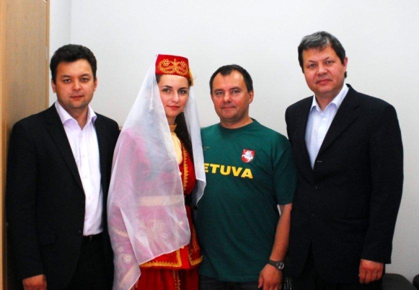 Iš kairės: Alijus Aleksandrovičius, Marija Maisutovič, LIF atstovas Valdas Malinauskas ir Adas Jakubauskas