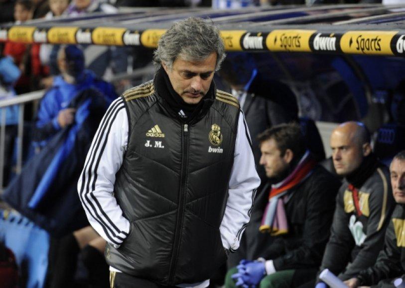 Jose Mourinho varžovų komandos futbolininkui padovanojo šį savo švarkelį