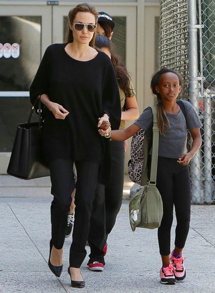Vida Press nuotr./Angelina Jolie su įdukra Zahara (2014 m.)