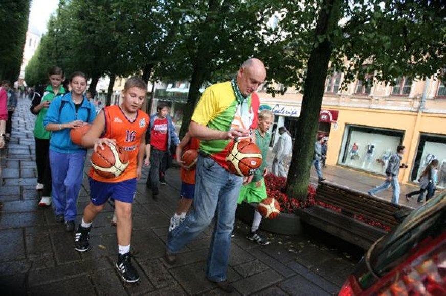 Kauno gatvėmis šokavo krepšinio kamuolys.