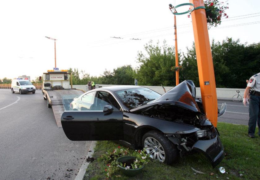 Nuo policijos sprukęs BMW patyrė avariją.